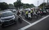 Sejumlah anggota Satlantas Polres Metro Jakarta Pusat saat melakukan sosialisasi tilang elektronik kepada masyarakat pengguna kendaraan bermotor di persimpangan Bundaran Patung Kuda, Jakarta, Senin (26/11/2018).