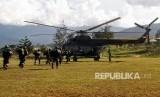 Prajurit TNI bersiap menaiki helikopter menuju Nduga di Wamena, Papua.