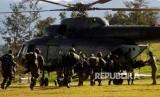 Prajurit TNI bersiap menaiki helikopter menuju Nduga di Wamena, Papua, Rabu (5/12).