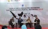 Acara diskusi media Branding Indonesia dimoderatori oleh Staf Khusus Presiden RI, Johan Budi (kiri). Hadir dalam diskusi tersebut (dari kiri ke kanan), Kepala Staf Kepresidenan RI Moeldoko, Menteri Komunikasi dan Informatika Rudiantara, dan Guru Besar UI Rhenald Kasali, Senin (10/12). I