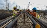 Pekerja menyelesaikan pembangunan konstruksi Bandara New Yogyakarta International Airport (NYIA) di Kulon Progo, DI Yogyakarta.