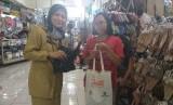 Operasi tukar kresek dengan kantong ramah lingkungan di Pasar Kramat Jati, Jakarta Timur.
