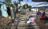 [Ilustrasi] Sejumlah korban gempa berada di hunian sementara.