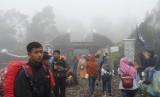 Sejumlah pendaki Gunung Lawu berada di gerbang jalur pendakian Cemorosewu di Magetan, Jawa Timur.