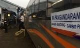 PT Kereta Api Indonesia (Persero) atau KAI meluncurkan kereta api  (KA) Pangandaran di Stasiun Banjar, Jawa Barat pada Rabu (2/1).