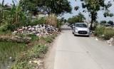 Tumpukan sampah yang berada di tempat pembuangan sampah (TPS) liar masih  terlihat di wilayah Kabupaten Bandung. Tepatnya di Jalan Raya Leuwidulang,  Desa Rancamulya, Kecamatan Pameungpeuk, Kabupaten Bandung, Jumat (11/1).