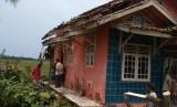 Warga Desa Muktijaya, Kecamatan Cilamaya Kulon, Kabupaten Karawang, memerbaiki rumah mereka yang rusak akibat tersapu angin ribut, Jumat (11/1).