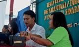 Petugas Dispendukcapil Kota Semarang melakukan perekaman sidik jari seorang narapidana wanita untuk keperluan pendataan dan pembuatan KTP elektronik, di Lapas Wanita Kelas II A Semarang, Jawa Tengah, beberapa waktu lalu.