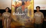 Pemeran film Dilan 1991 Vanesha Prescilla (kiri) dan Iqbal Ramadhan (kanan) berpose saat peluncuran Trailer Film Dilan 1991 di Jakarta, Kamis (17/1/2019).