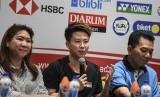 Pebulu tangkis Indonesia Liliyana Natsir (tengah) bersama Ketua Pelaksana Indonesia Masters 2019 Achmad Budiarto (kanan) dan Kabid Pembinaan dan Prestasi PP PBSI Susi Susanti (kiri) memberikan keterangan saat konferensi pers jelang Daihatsu Indonesia Masters 2019 di Jakarta, Senin (21/1/2019).
