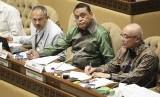 Menteri Pendayagunaan Aparatur Negara dan Reformasi Birokrasi (PANRB) Syafruddin (tengah) didampingi Deputi Bidang SDM Aparatur Kementerian PANRB Setiawan Wangsaatmaja (kiri) dan Kepala Badan Kepegawaian Negara Bima Haria Wibisana (kanan) mengikuti rapat kerja dengan Komisi II DPR di Kompleks Parlemen, Senayan, Jakarta, Selasa (22/1/2019).