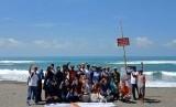 Sejumlah kegiatan bersih-bersih yang digelar Rumah Zakat di Pantai  Cemara Sewu Kabupaten Bantul, Selasa (12/2).