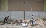 Pekerja mengumpulkan kotak suara yang rusak di gudang logistik KPUD Cirebon, di Plumbon, Cirebon, Jawa Barat, Selasa (12/2/2019).