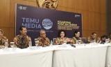 Menteri Kesehatan (Menkes) Nila F Moeloek (memegang mikrofon) memberikan  keterangan di konferensi pers rapat kerja kesehatan nasional (rakerkesnas)  2019, di ICE BSD, Tangerang Selatan, Banten, Selasa (12/2).