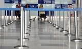 Seorang calon penumpang pesawat udara berada di Bandara Internasional Kualanamu, Deli Serdang, Sumatera Utara, Rabu (13/2/2019).