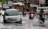 Sejumlah pengendara kendaraan melewati banjir yang menggenangi Jalan M. Yatim Kota Pekanbaru. (ilustrasi)