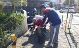 Wali Kota Sukabumi Achmad Fahmi memimpin gerakan bersih-bersih kota dengan memungut sampah di Jalan RE Martadinata Kota Sukabumi Selasa (26/2).