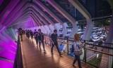 JPO Gelora Bung Karno: Pejalan kaki melintas di Jembatan Penyeberangan Orang (JPO) Gelora Bung Karno, Senayan, Jakarta, Kamis (28/2/2019).