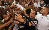 Jokowi Silaturahmi Relawan Pendukung: Calon Presiden Joko Widodo berswafoto dengan pendukungnya usai acara silaturrahim dengan relawan dan Tim Kampanye Daerah di Gorontalo, Kamis (28/2/2019).