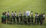 Pelatih timnas senior Indonesia Simon McMenemy (tengah) menyampaikan arahan kepada para pesepak bola timnas senior.