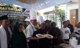 Wali Kota Sukabumi Achmad Fahmi memasak makanan khas Sukabumi di salah satu rumah makan di Jalan Siliwangi Kota Sukabumi Ahad (10/3)