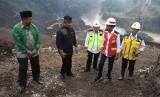 Presiden Joko Widodo (kedua kanan) meninjau proyek Terowongan Nanjung di Kabupaten Bandung, Jawa Barat, Ahad (10/3/2019).