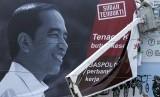 Petugas Satuan Polisi Pamong Praja (Satpol PP) mencopot alat peraga kampanye (APK) Capres-Cawapres Jokowi-Amin saat penertiban di jalan Protokol pusat Kota Lhokseumawe, Aceh, Selasa (19/3/2019).