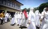 Jemaah yang akan mengikuti sidang gugatan perdata aset First Travel meninggalkan gedung pengadilan Negeri Depok, Jawa Barat, Rabu (20/3/19).