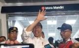 Presiden Joko Widodo usai menjajal MRT Jakarta bersama influencer, artis, dan para pimpinan redaksi media di Stasiun Istora, Jakarta, Kamis (21/3).