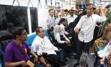 Presiden Joko Widodo berbincang dengan penumpang difabel ketika mencoba MRT dengan rute stasiun Bundaran HI-Lebak Bulus-Istora di Jakarta, Kamis (21/3/2019).