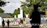 Polisi berjaga di depan Masjid Al Noor di Christchurch, Jumat (21/3).