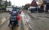 Jalan Raya Kemiri-Sentani, di Jayapura, Papua, belum pulih pasca-peristiwa banjir bandang pada Sabtu (16/3) lalu. Sebagian ruas jalan tersebut masih tergenang air dan pasir. Warga dan aparat setempat masih berusaha membersihkan area jalan. Sejumlah alat berat diturunkan untuk memudahkan proses pembersihan.