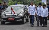 Presiden Joko Widodo (kiri) disambut Bupati Lombok Barat Fauzan Khalid (kedua kanan) dan Bupati Lombok Utara Najmul Akhyar (kanan) saat tiba di Gedung Hakka, Dasan Tereng, Narmada, Lombok Barat, NTB, Jumat (22/3/2019).