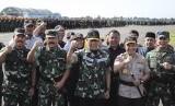 Menkopolhukam Wiranto (tengah) didampingi Panglima TNI Marsekal TNI Hadi Tjahjanto (kedua kiri), Kapolri Jenderal Pol Tito Karnavian (kedua kanan), Kepala Staf Angkatan Darat (KSAD) Jenderal TNI Andika Perkasa (kanan) dan Wakil Kepala Staf Angkatan Laut (Wakasal) Laksamana Madya TNI Wuspo Lukito (kiri) membacakan deklarasi damai saat Apel Gelar Pasukan Pengamanan Pemilu di Lanud Halim Perdanakusuma, Jakarta, Jumat (22/3/2019).