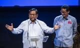 Pasangan calon presiden dan calon wakil presiden nomor urut 02 Prabowo Subianto (kiri) bersama Sandiaga Uno (kanan) berbicara dalam acara silahturahmi Aliansi Pengusaha Nasional, di Djakarta Theater, Jakarta, Kamis (21/3/2019).
