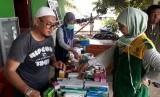 Tim medis Baznas memberi pelayanan kesehatan di Kampung Simporo, Distrik Ebungfau, Jayapura, Papua, Sabtu (23/3). Warga di kampung yang berada di pinggir Danau Simporo itu berdatangan memeriksa kesehatannya.