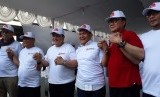 Menteri Dalam Negeri (Mendagri) Tjahjo Kumolo (berbaju merah) beserta  dengan peserta pemilu 2019 lainnya di menghadiri Deklarasi Komitmen Bersama  Menjelang Kampanye Rapat Umum dan Iklan Kampanye Pemilu, di halaman Bawaslu  Jakarta, Sabtu (23/3).