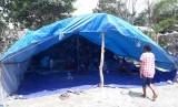 Kondisi tenda pengungsian di kampung Taruna, Hinekombe, Distrik Sentani, Jayapura, Papua, Ahad (24/33). Letak permukiman ini berada di kaki Gunung Cyclop.