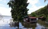 Permukiman warga di distrik Ebungfau, Jayapura, Papua, yang berada di tepi Danau Sentani, ikut tenggelam, Sabtu (23/3). Banjir bandang Sabtu (16/3) malam lalu menyebabkan Danau Sentani meluap sampai setinggi dada orang dewasa.