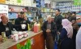 Warga prasejahtera Palestina yang tinggal di dekat Kompleks Al-Aqsa  berbelanja secara cuma-cuma menggunakan Humanity Card yang dikeluarkan  ACT.