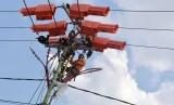 Sejumlah petugas Tim Pekerjaan dalam Keadaan Bertegangan PT PLN (Persero) memperbaiki instalasi listrik di Kota Pekanbaru, Riau, Senin (25/3/2019).
