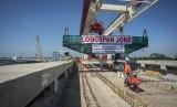 Pekerja beraktivitas di lokasi proyek pembangunan longspan atau jembatan panjang LRT Jabodebek lintas pelayanan 1 Cawang-Cibubur, di Jakarta, Jumat (29/3/2019).