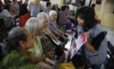 Lansia Panti Werda St. Theresia Dharma Bhakti Kasih Solo, Jawa Tengah. Usia harapan hidup di Jawa Tengah meningkat hingga 1,45 persen.
