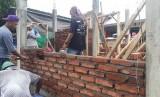 Kondisi rumah tahan gempa yang sudah jadi dan sedang dalam pembangunan (ilustrasi)