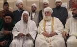 Habib Luthfi bin Ali bin Yahya (kedua kiri) menyampaikan keterangan pers usai terpilih menjadi ketua Forum Sufi Internasional, di Pekalongan, Jawa Tengah.