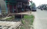 Ilustrasi bangunan liar di atas sungai di Kabupaten Bekasi.