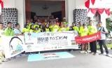 Wali Kota Sukabumi Achmad Fahmi melepas 10 pelari wanita dalam kegiatan Srikandi Berlari 105 kilometer dari Bandung ke Sukabumi di Balai Kota Sukabumi Sabtu (20/4).