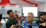 Ketua KPU Arief Budiman memberikan pernyataan kepada wartawan di Pusat Informasi Penghitungan Suara, Menteng, Jakarta Pusat, Sabtu (20/4).
