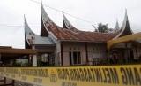 Polisi melintas di samping Sekretariat Panitia Pemilihan Kecamatan (PPK) yang terbakar di Nagari Kapuh, Kecamatan Koto XI, Kabupaten Pesisir Selatan, Sumatera Barat, Senin (22/4/2019).