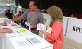 Warga memasukkan surat suara Pemilu pada Pemungutan Suara Ulang (PSU) Pemilu 2019 di TPS 71 Ciputat Timur, Tangerang Selatan, Banten, Rabu (24/4/2019).